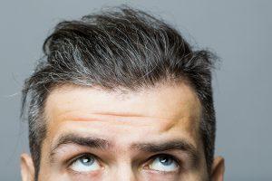 髪をみる男性